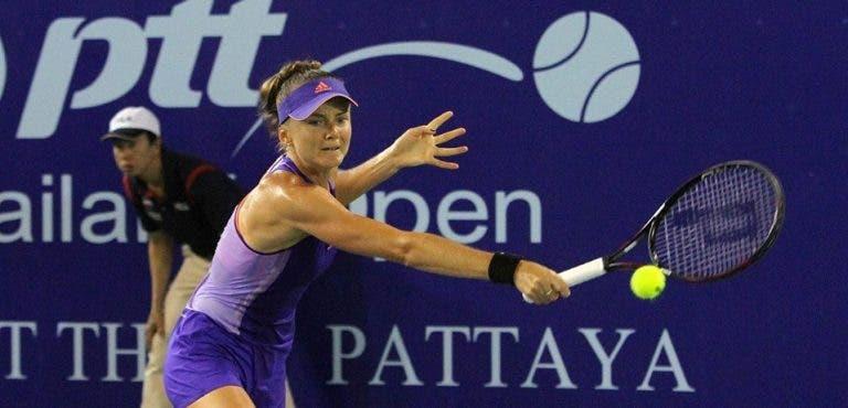 Zvonareva eliminada após ter match points; Hantuchova vence