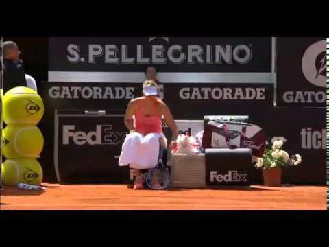 Apanha-bolas cai aos pés de Maria Sharapova