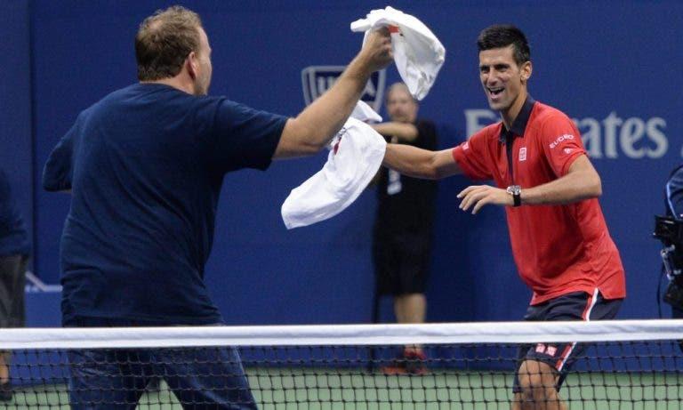 Fã invade court para dançar com Djokovic