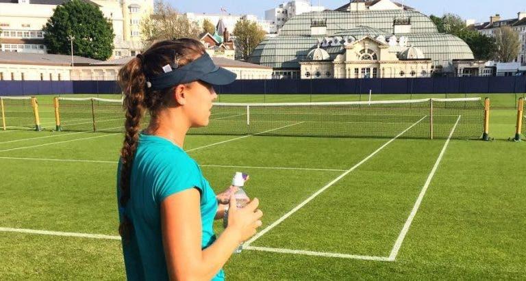 Michelle Larcher de Brito de mão na calculadora (e de email aberto) em vésperas de Wimbledon