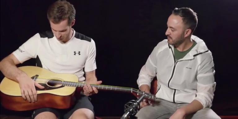 [Vídeo] Uma guitarra com cordas de ténis faz furor entre as rockstars do circuito