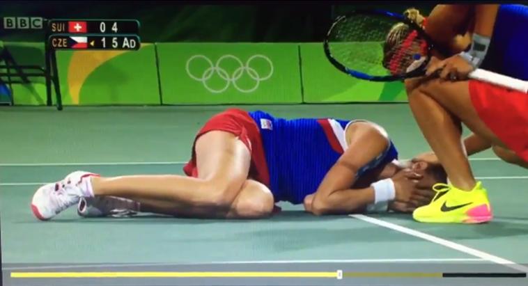 [Vídeo] Hingis derruba Hlavackova com bolada na cara em pleno match point contra