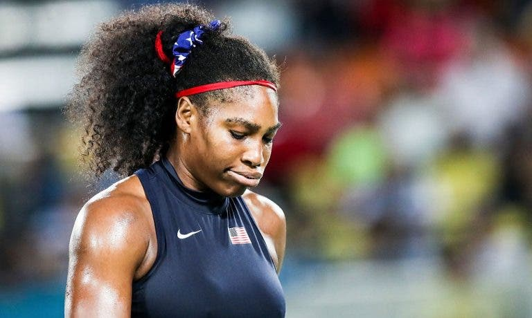 Serena sofre derrota impensável e ignora jornalistas na zona mista