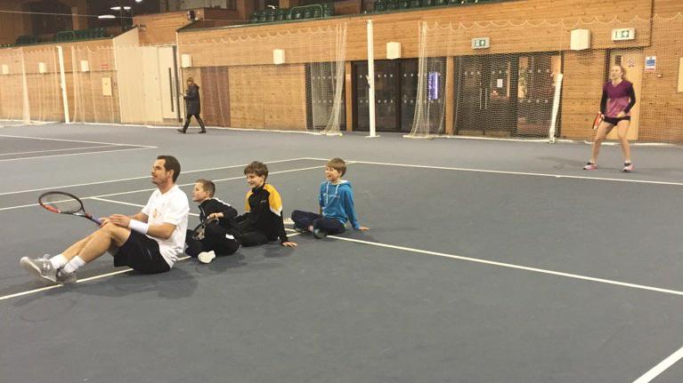 [Vídeos e Fotos] No Boxing Day, Murray esteve até à meia-noite a bater bolas… com crianças