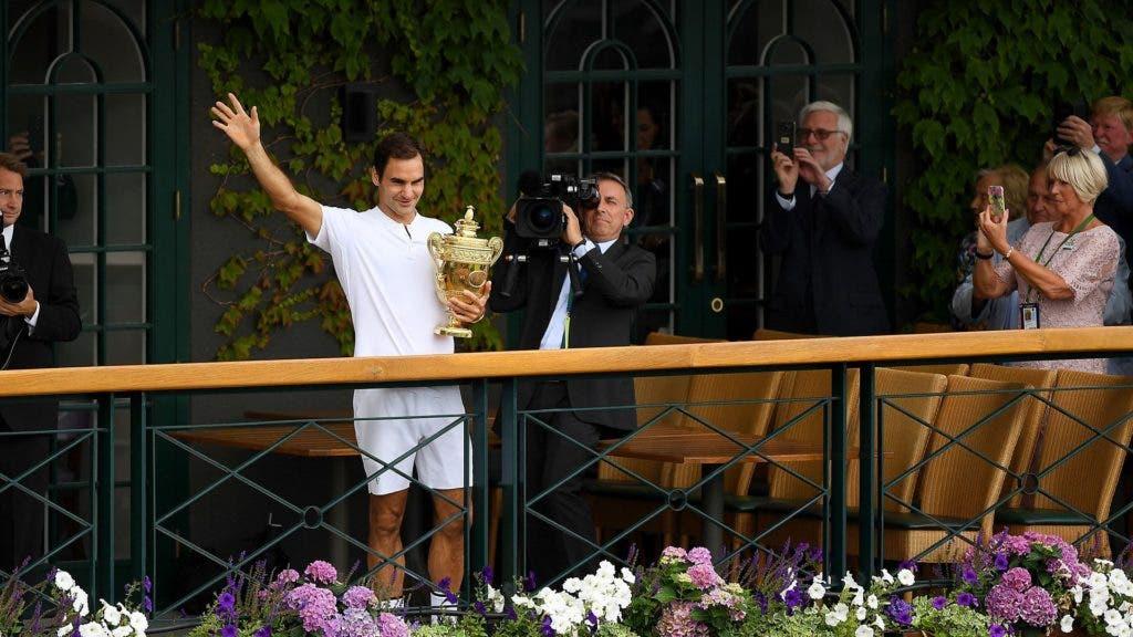 Triunfo de Federer em Wimbledon celebrado pelos astros do desporto mundial