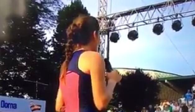 [Vídeo] Julia Goerges puxa do microfone e coloca o público romeno no lugar… em plena cerimónia