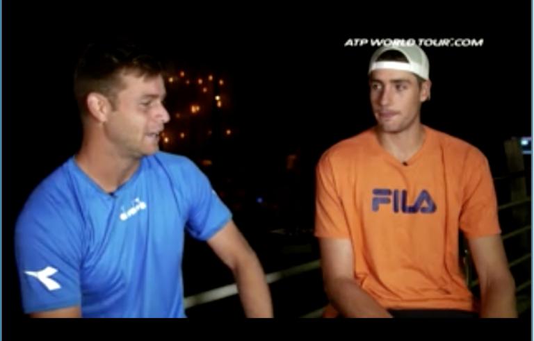 Ryan Harrison, o entrevistador, fala com John Isner sobre o seu sucesso a jogar em casa