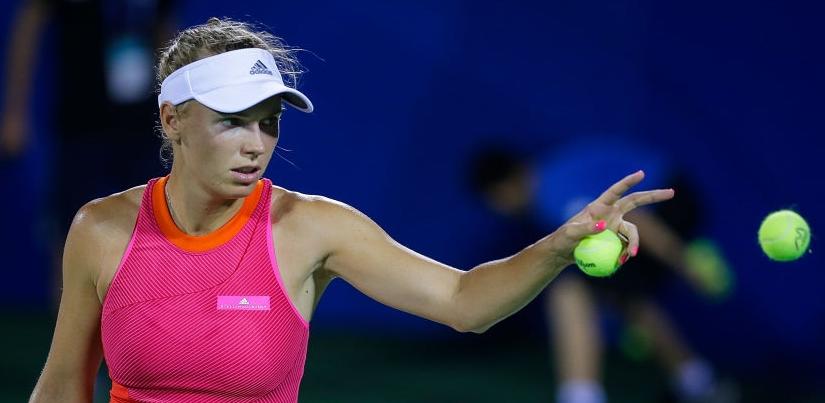 Wozniacki atropela Bouchard em 58 minutos para avançar em Hong Kong