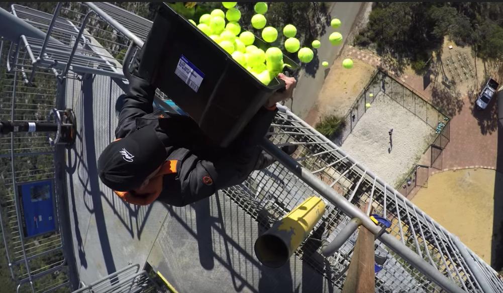 [VÍDEO] É possível apanhar 100 bolas de ténis com dois caixotes? Eis a resposta