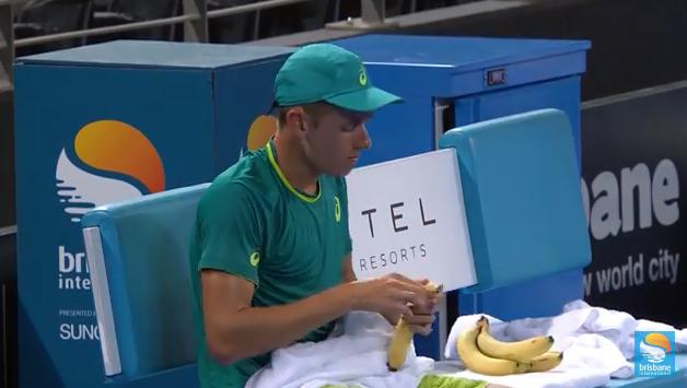 [VÍDEO] Como descascar uma banana? Alex de Minaur explica como se faz… ou talvez não