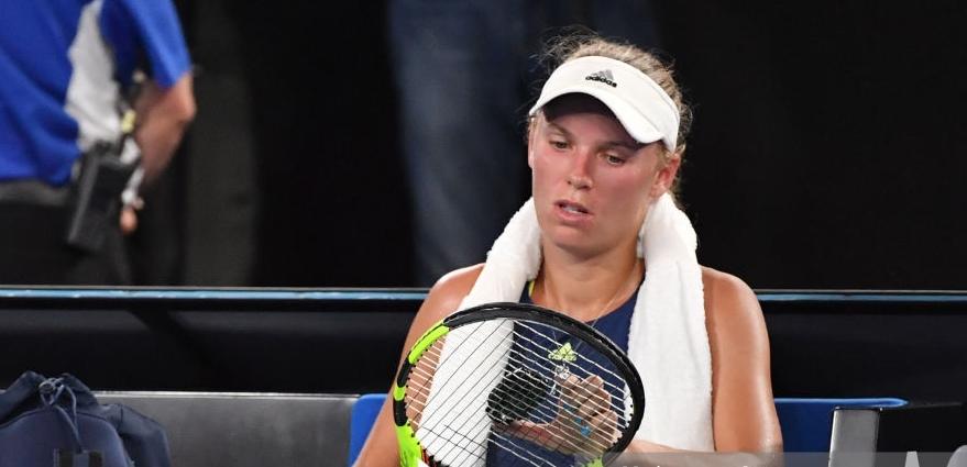 Wozniacki perde e arrasa: «Estes courts estão cada vez mais lentos. Parece terra batida»