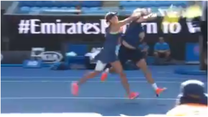 [VÍDEO] Roger-Vasselin rouba a bola à sua companheira, a raquete salta para a rede e falha match point