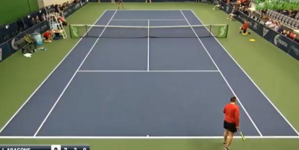[VÍDEO] Insólito. JC Aragone entrega raquete a apanha-bolas para disputar ponto no 'challenger' de Drummondville