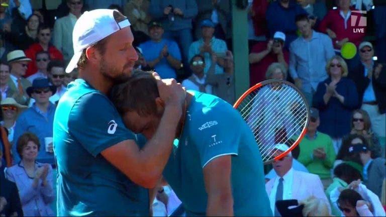 [VÍDEO] Johnson chora no peito de Sandgren após conquistar 1.º título desde a morte do pai
