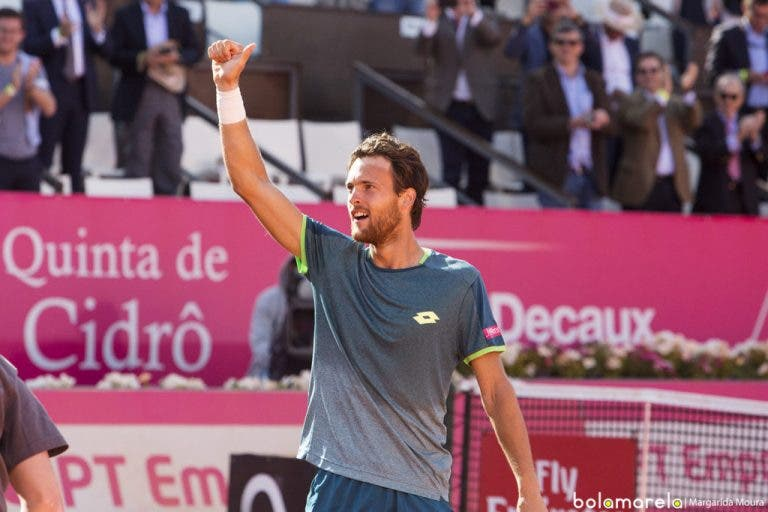 E vão 16 meias-finais ATP 250 para João Sousa… metade no pó de tijolo