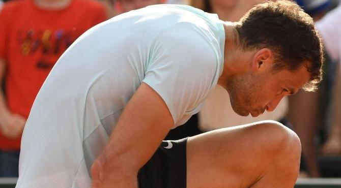 [VÍDEO] Dimitrov beija as pernas após derrotar adversário com cãibras… nas pernas. E explicou tudo