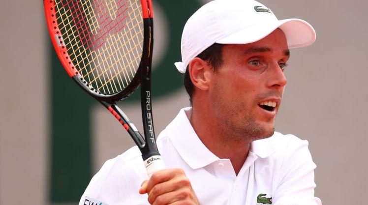 Uma semana depois de perder a mãe, Bautista Agut vira e vence batalha em Roland Garros