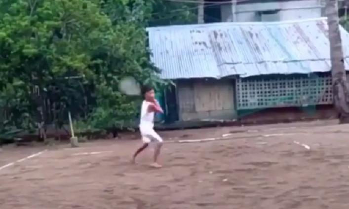 [VÍDEO] Dimitrov não fica indiferente a menino filipino que joga ténis descalço