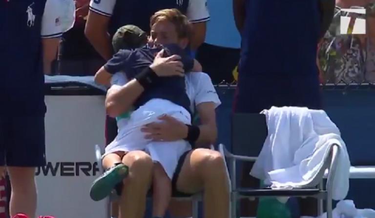 [VÍDEO] Lindo. Filho de Mahut corre para o court e consola o pai após derrota no US Open