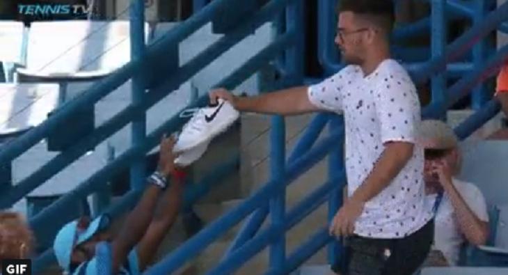 [VÍDEO] Nick Kyrgios chegou ao court… e não tinha ténis para jogar