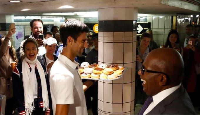 [FOTOS] Novak Djokovic distribuiu 'Donuts' pelo metro de Nova Iorque