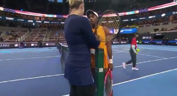 [VÍDEOS] Stephens e Pavlyuchenkova 'pegam-se' em Pequim com insultos incluídos