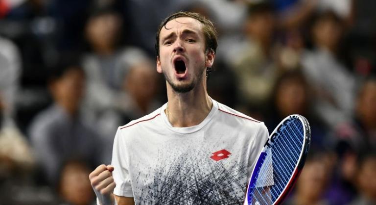 """Medvedev impõe-se frente a """"amigo"""" Tsitsipas e vai defrontar Federer nas 'meias' em Basileia"""