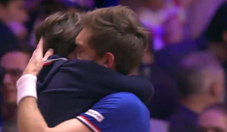 [VÍDEO] O emocionante abraço de Mahut ao filho após a impressionante vitória no encontro de pares