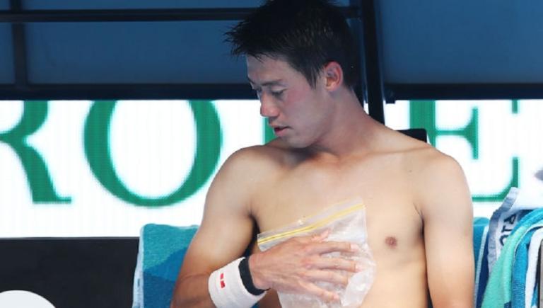 Nishikori vira de 0-2 em sets e sobrevive a adversário em falência física… e ao calor