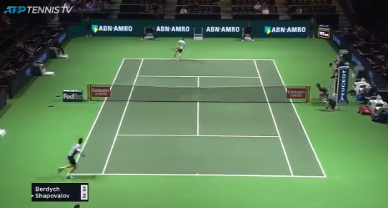 [VÍDEO] Incrível. Shapovalov faz um amorti de costas frente a Berdych