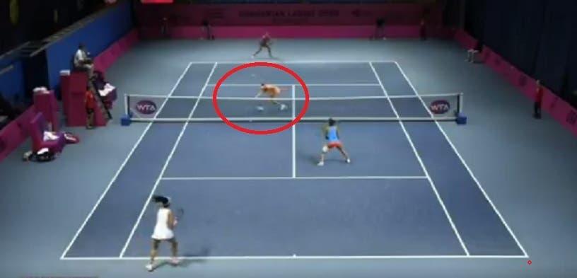 [VÍDEO] Tenista ganha ponto com a cabeça, goza com as rivais e acaba arrasada nas redes sociais