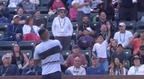 Kyrgios volta a fazer das suas e atira durante o encontro… os ténis usados para a bancada