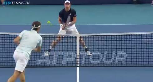 [VÍDEO] Impressionante! Em autêntica batalha de mini-ténis, Federer faz um dos pontos do ano