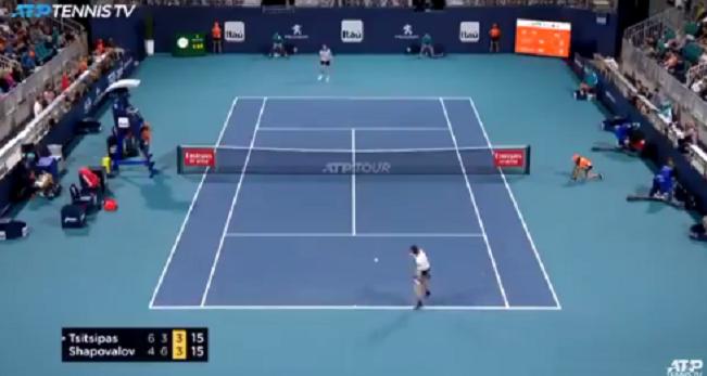 [VÍDEO] Tsitsipas bateu com a raqueta a meio do ponto para distrair Shapovalov