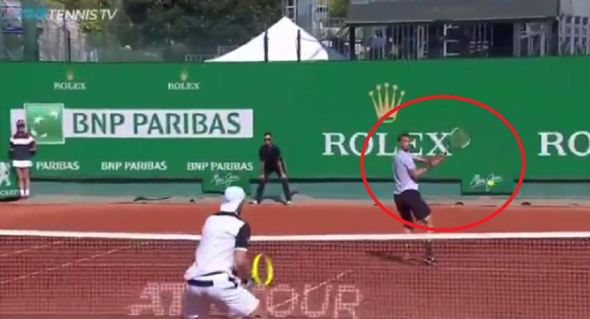 [VÍDEO] Dimitrov fez um passing shot de esquerda… a duas mãos