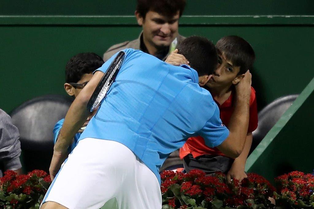 Djokovic esquece momentos de frustração no court e oferece raquete a jovem fã