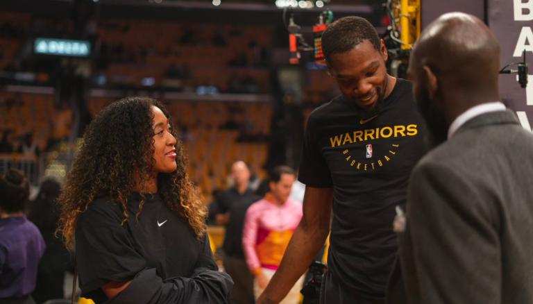 Craques. Naomi Osaka recebida por Kevin Durant e Lebron James na NBA