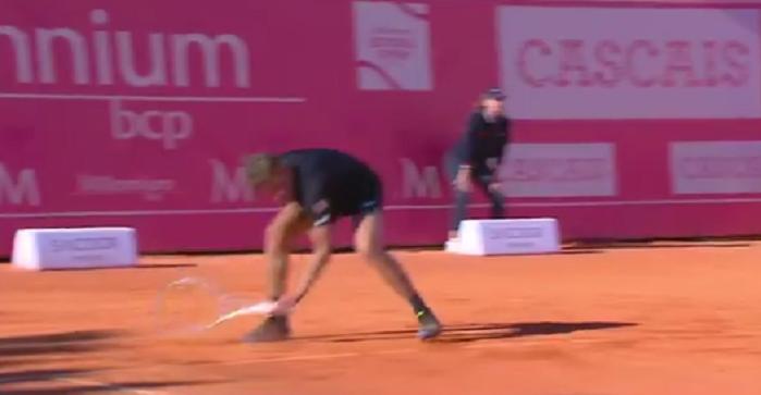 [VÍDEO] De Minaur deixou cair a raqueta e… ganhou o ponto na mesma