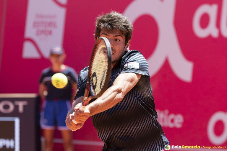 João Domingues perdeu com top 100 ATP nos 'oitavos' em Montevideu