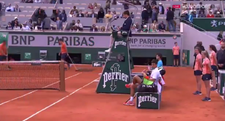 [VÍDEO] Djokovic para o árbitro: «Alguma vez jogaste ténis?»
