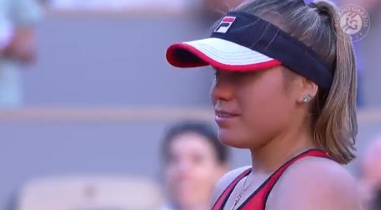 [VÍDEO] Kenin emociona-se após bater Serena: «Estou tão contente com esta vitória»