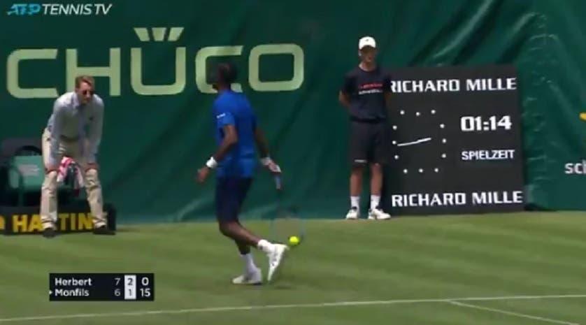 [VÍDEO] What? Monfils faz um dos shots do ANO em Halle