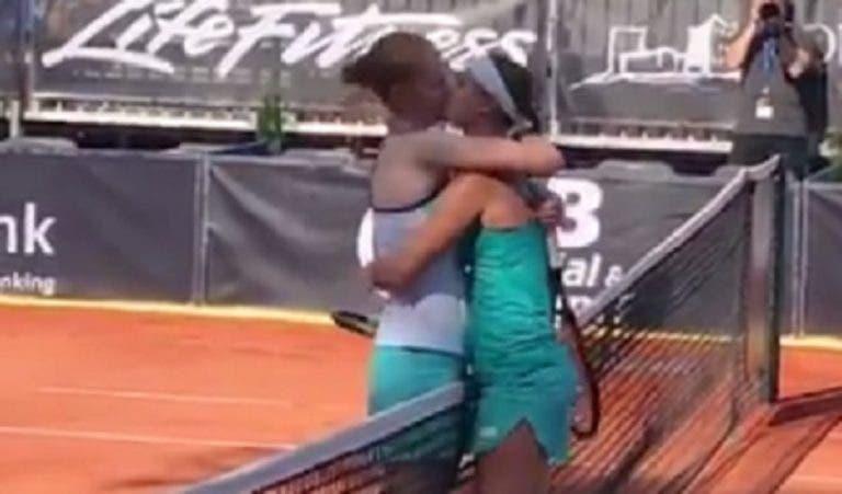 Um beijo para a história: namoradas Van Uytvanck e Minnen defrontaram-se pela primeira vez