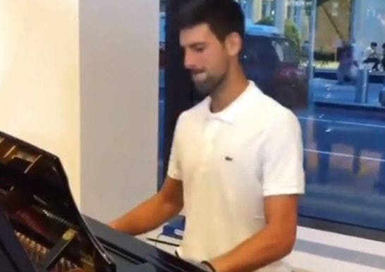 [VÍDEO] Djokovic mostra também ser o número um a tocar piano… ou então não