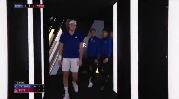[VÍDEO] Tsitsipas vai ao balneário depois de perder set e Federer e Nadal vão atrás dele para o aconselhar