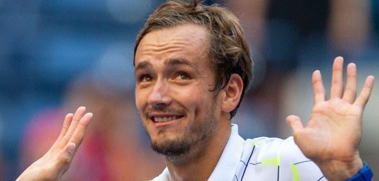 Medvedev: «Achei que partir a raqueta ia ajudar-me, mas não…»