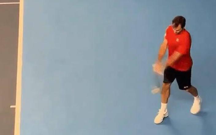Federer arrisca-se na esquerda a duas mãos e 'dedica-a' a Bautista Agut