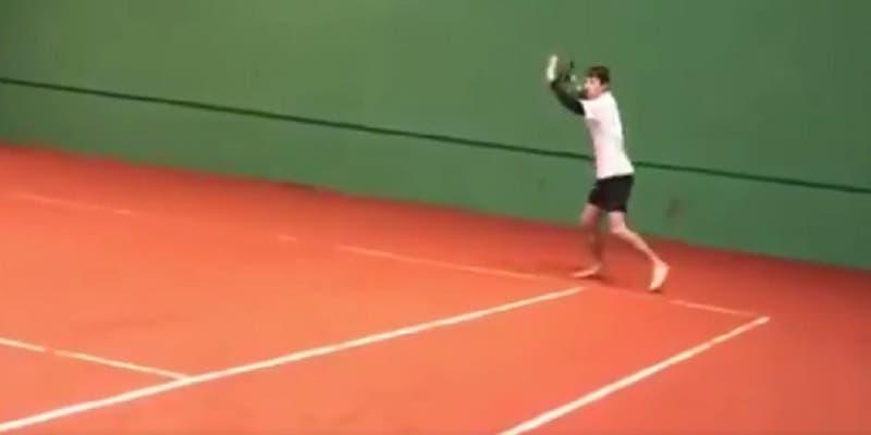 [VÍDEO] Jovem teve problemas com o calçado e acabou a jogar… descalço