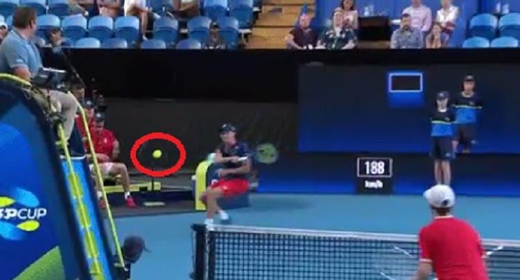 [VÍDEO] Wow: Ruud dispara winner entre a rede e a cadeira do árbitro
