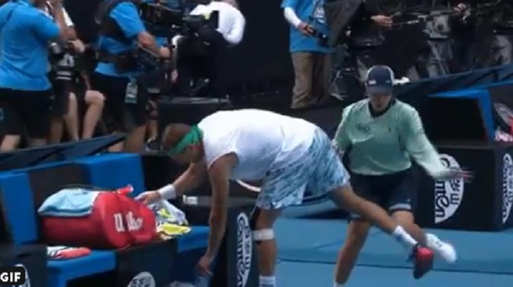 [VÍDEO] Apanha-bolas corre contra Sandgren em momento quente do encontro